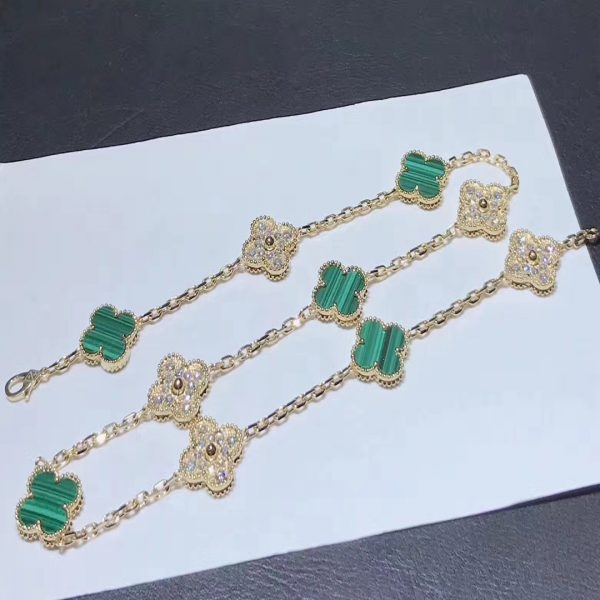 Van Cleef & Arpels Vintage Alhambra necklace, 10 motifs, yellow gold, malachite, round diamonds; diamond quality DEF, IF to VVS.